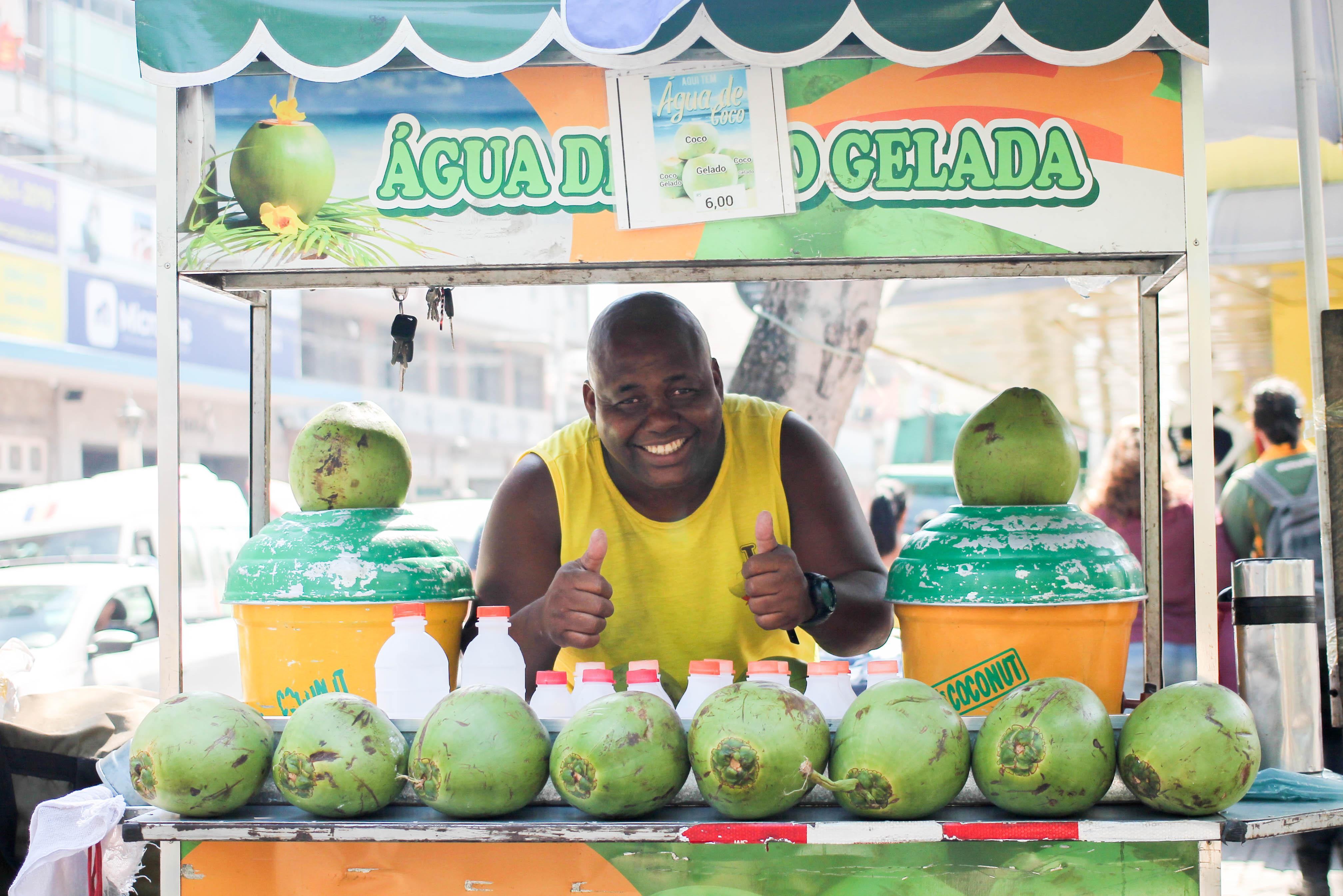 Vendendo água de coco em Bonsucesso, Jorge Anísio comprou apartamento, Kombi e é pura alegria