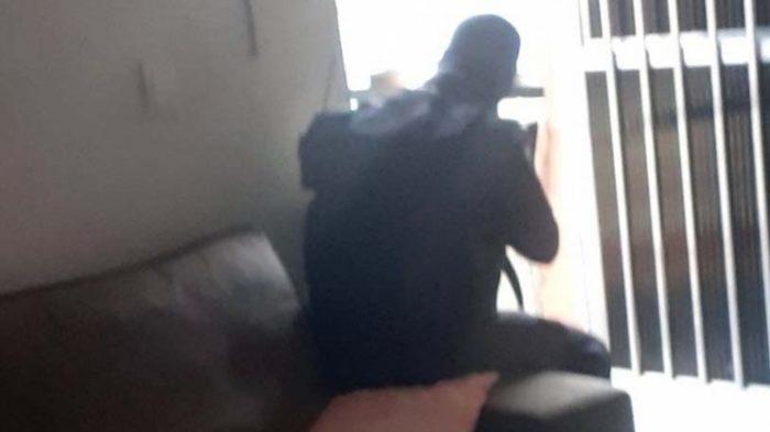 Durante confronto no Alemão, PM troca tiros sentado no sofá de morador