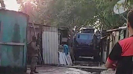 Moradores relatam que blindado do Bope derrubou moradias na CDD