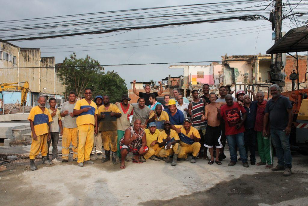 Funcionários da obra e moradores posaram juntos pra foto comemorando a reabertura da via. Foto: Vilma Ribeiro