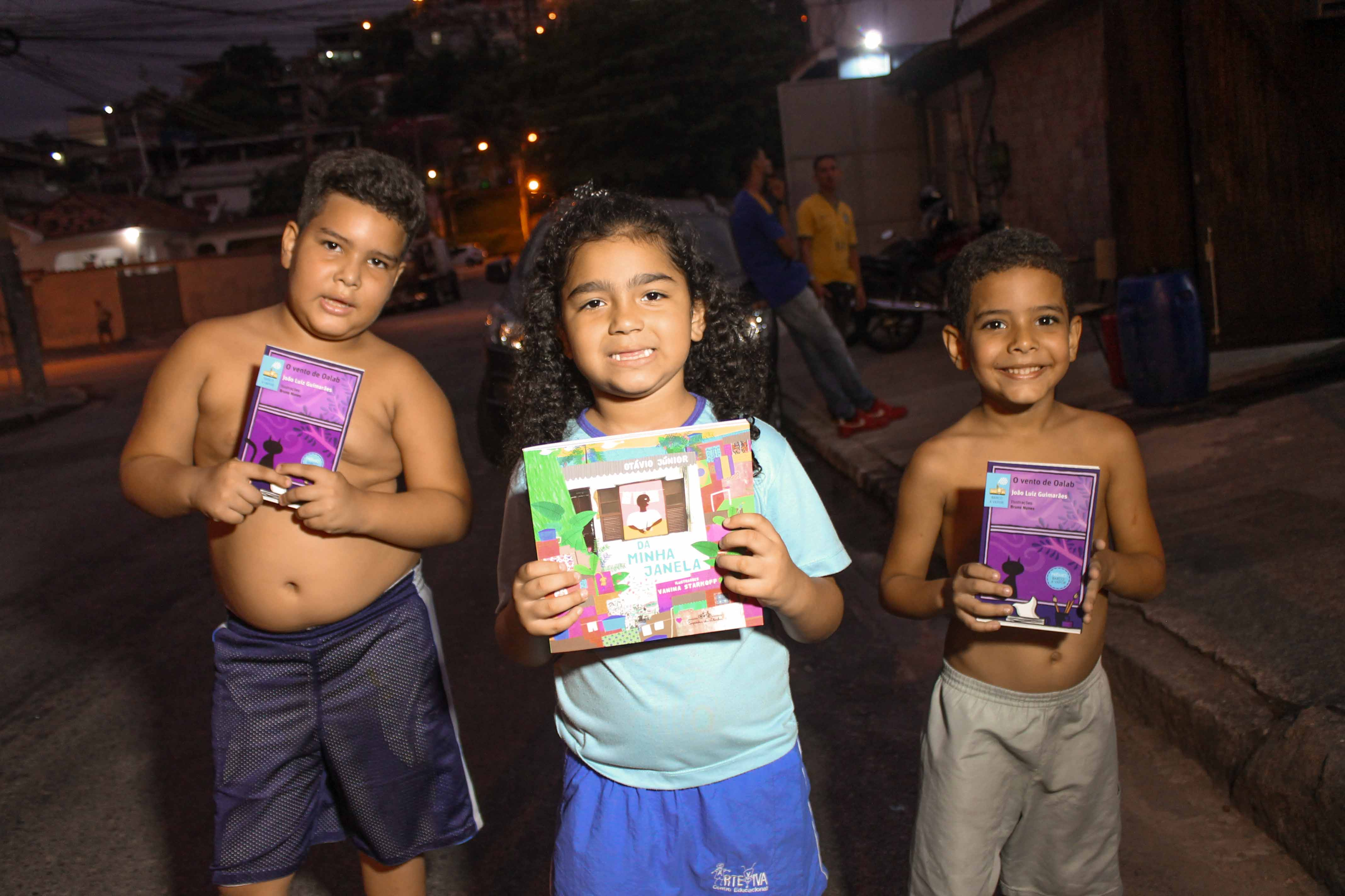 Crianças do Alemão são presenteadas com mais de 4 mil livros no #Pintando7NoAlemão
