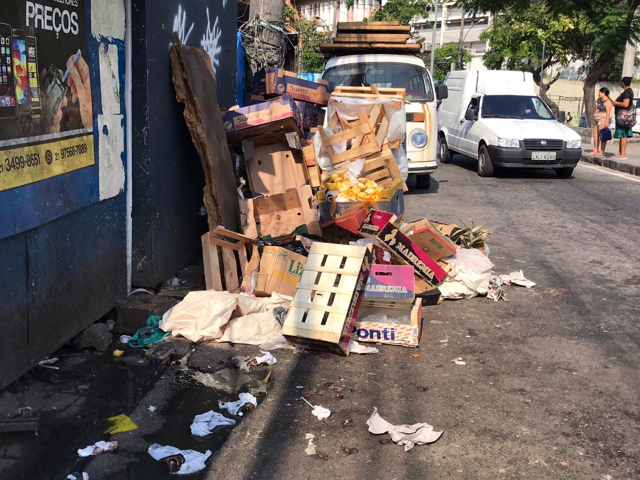 Lixo toma conta das calçadas após retirada de contêineres de coleta no Complexo do Alemão