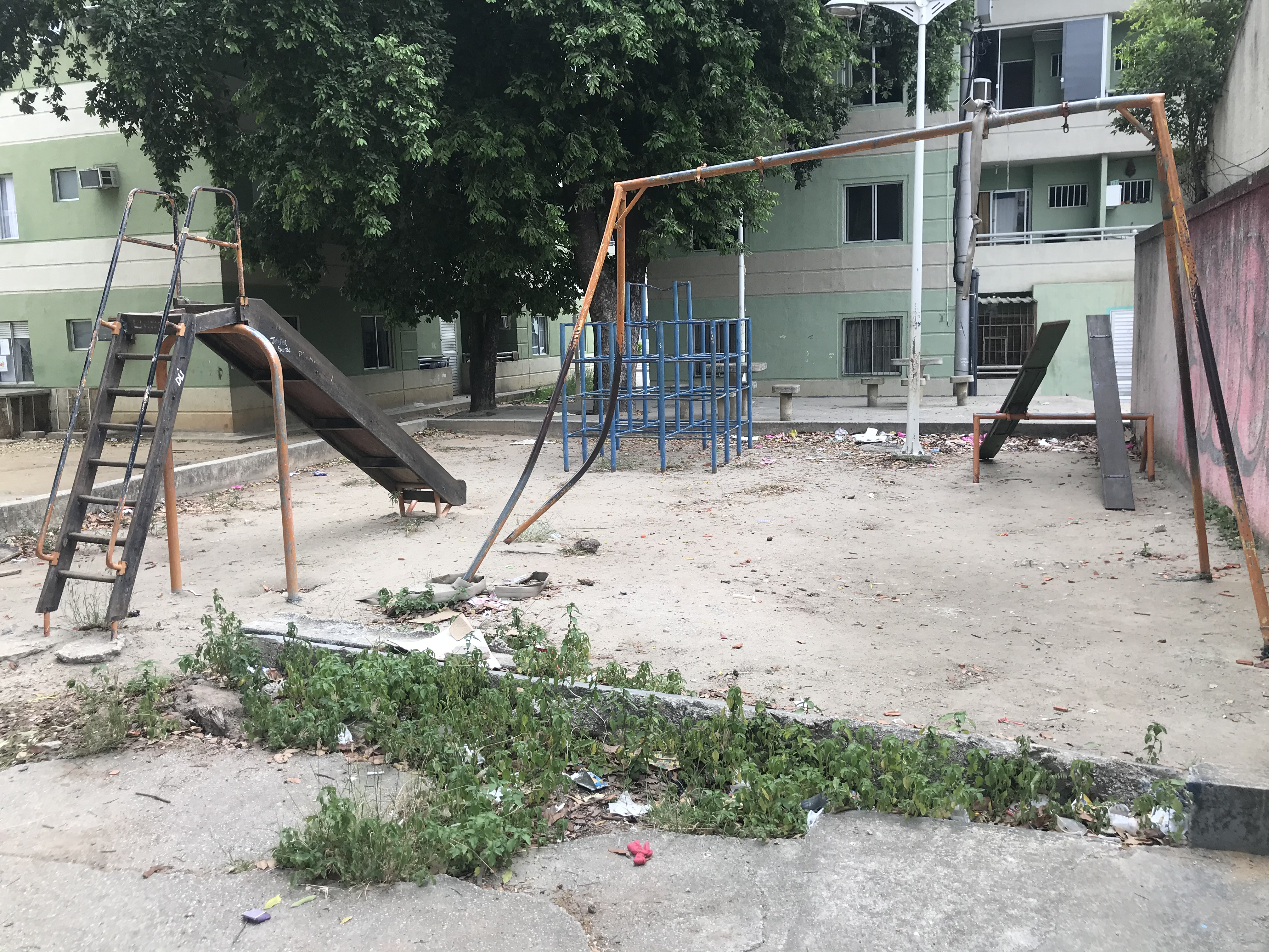 Sem manutenção, praça no Condomínio da Paz deixa de ser área de lazer