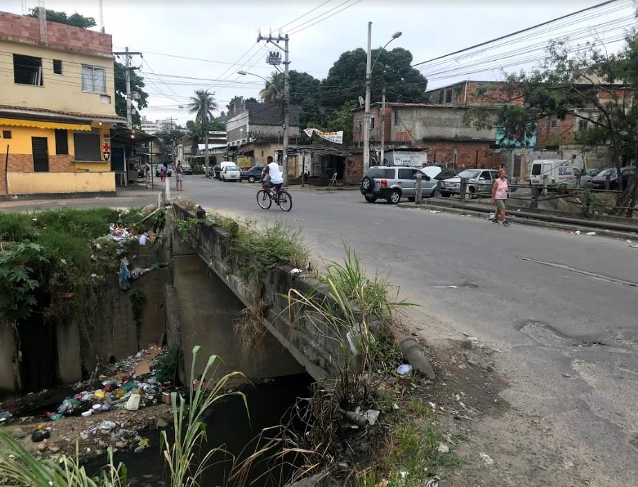 Moradores do Complexo do Alemão sofrem com a falta de guarda-corpos na Rua do Rio