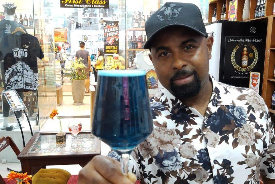 Cervejaria no Complexo do Alemão serve chopp azul em apoio a campanha de prevenção do câncer de próstata