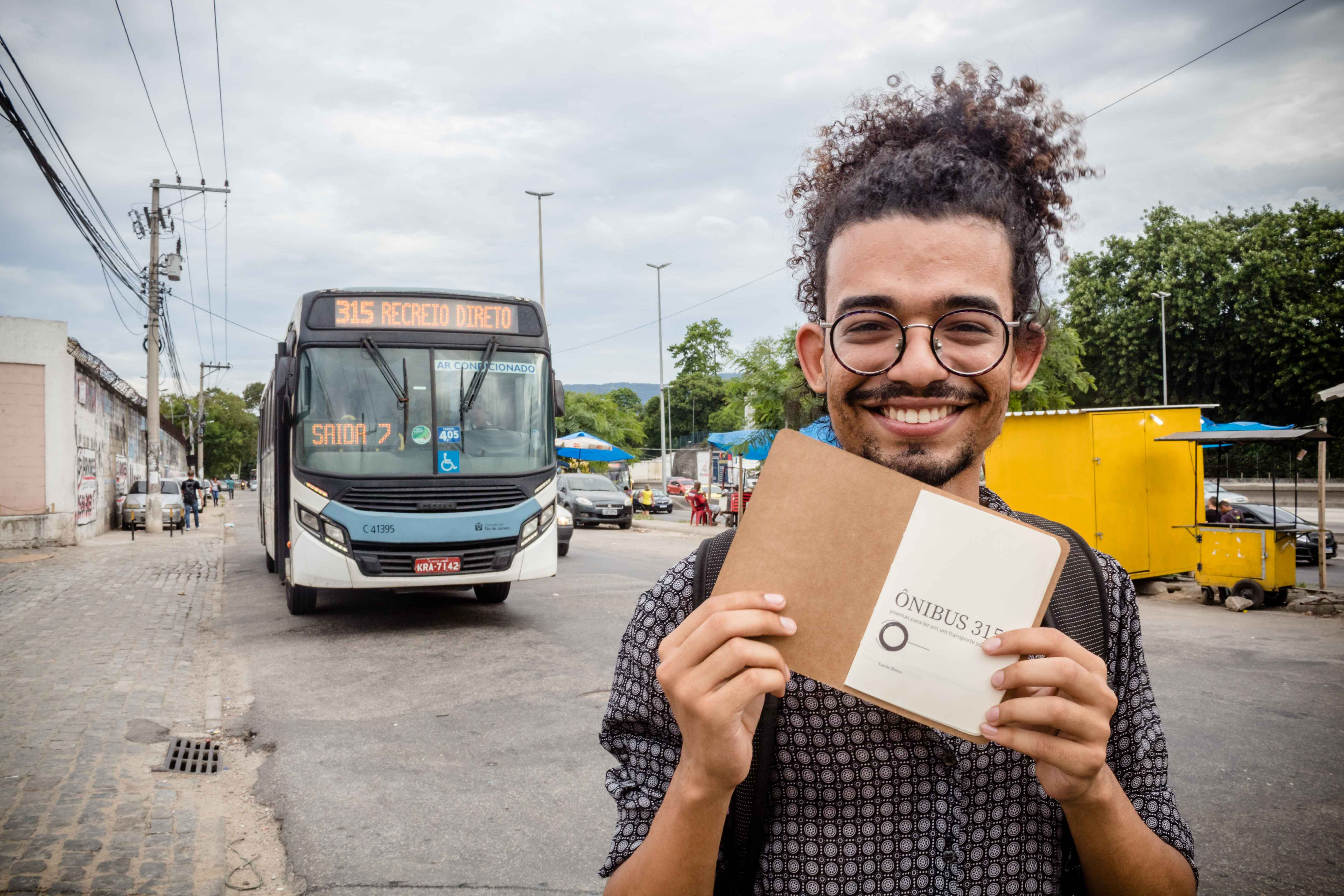 Jovem morador do Complexo da Maré lançará o livro 'Ônibus 315' na Casa Voz neste sábado (14)