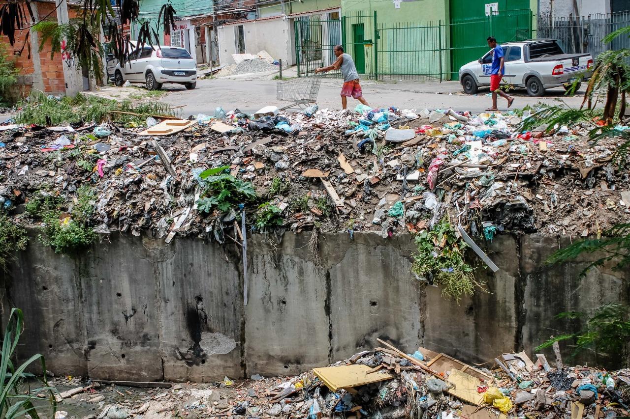 Abandonado pela Prefeitura após promessa, Rio Faria Timbó segue sem revitalização