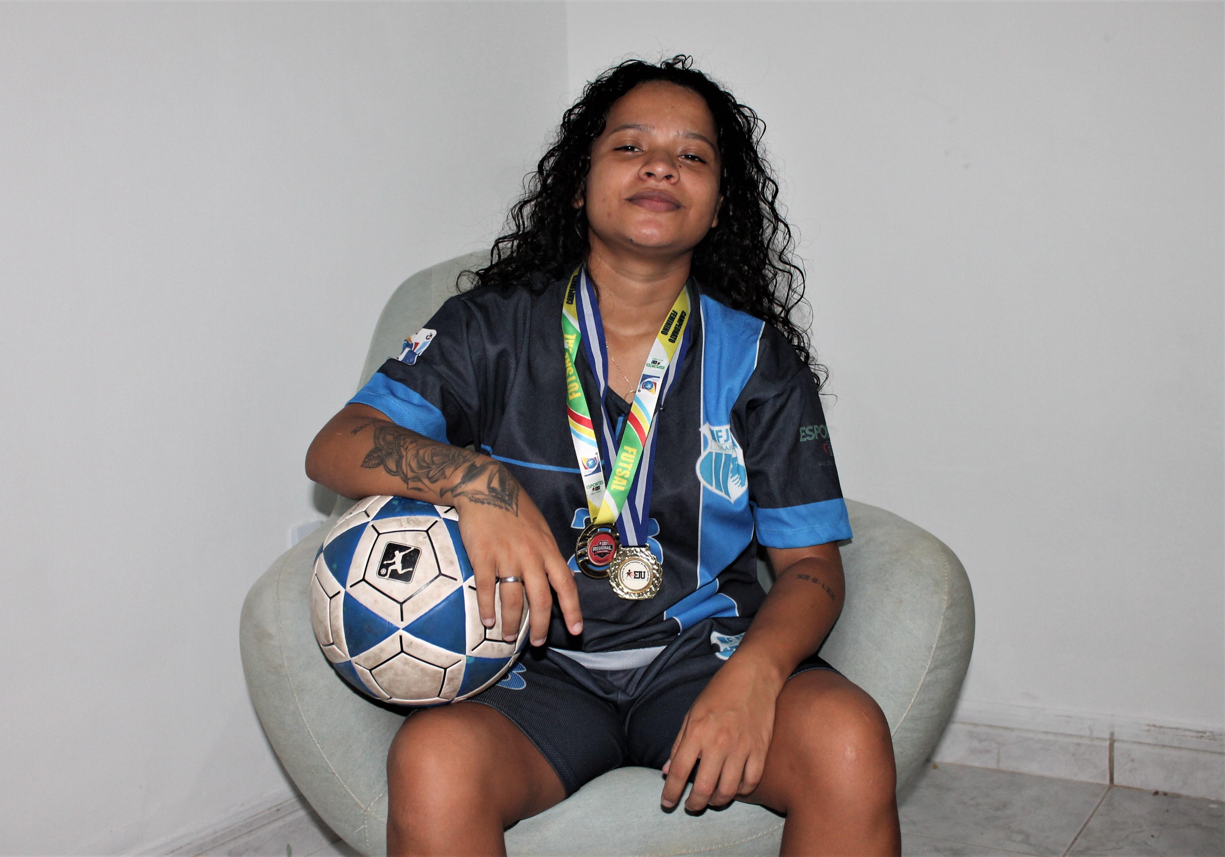 No Alemão, garçonete sonha se tornar jogadora de futebol profissional