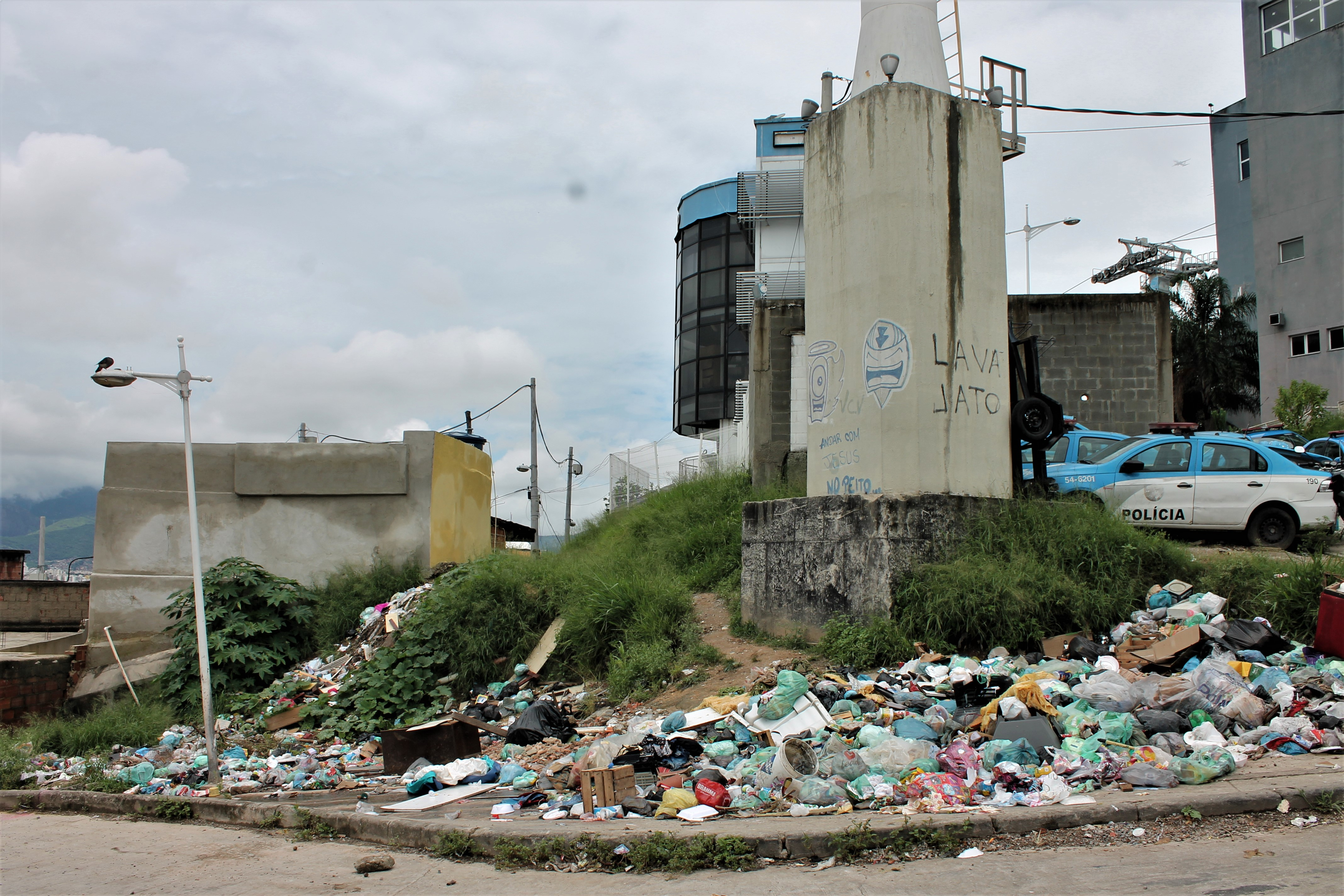 Moradores do Morro do Alemão pedem retirada de viaturas em estacionamento improvisado