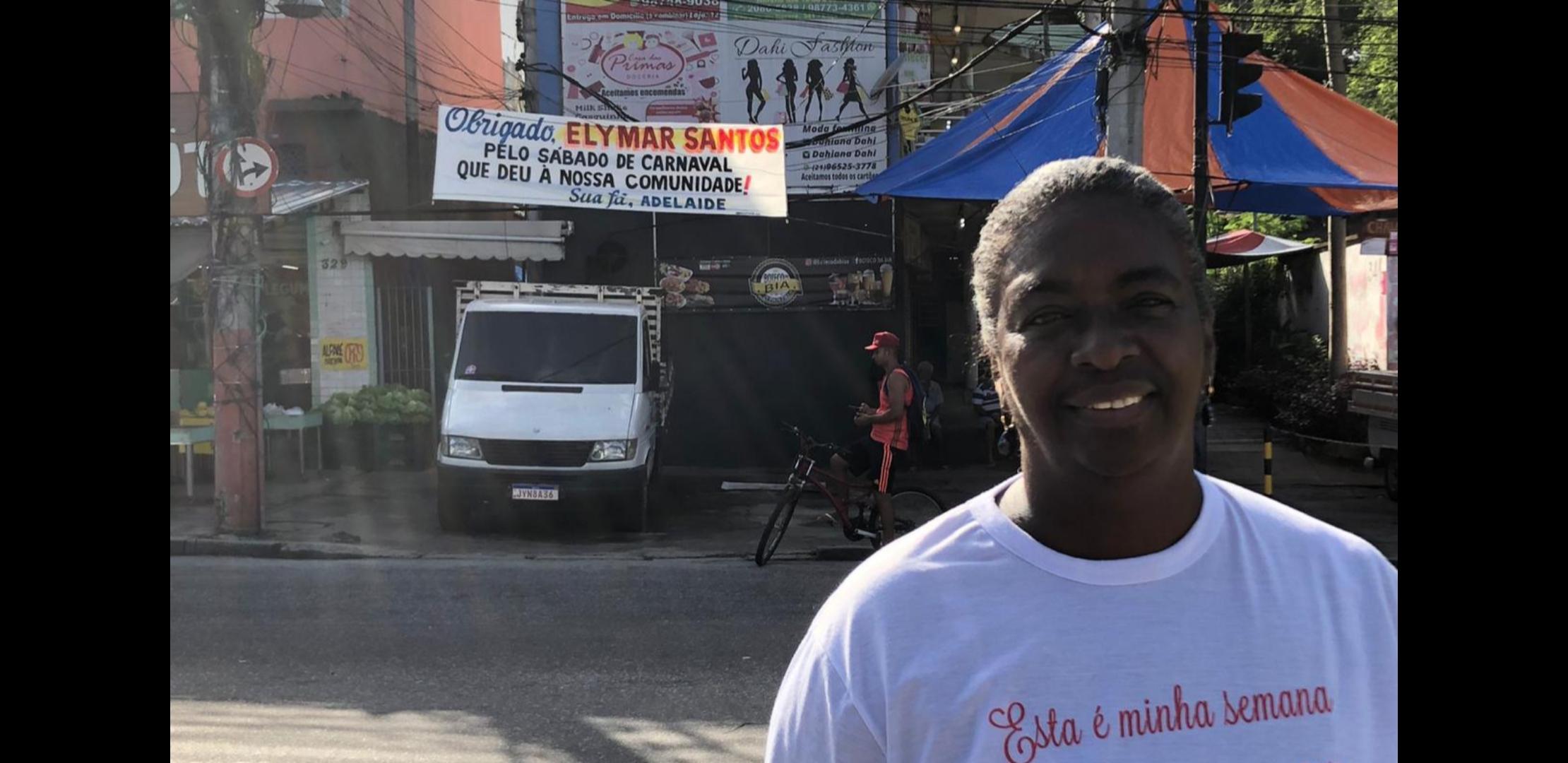 Fã agradece cantor Elimar Santos com faixa na Grota