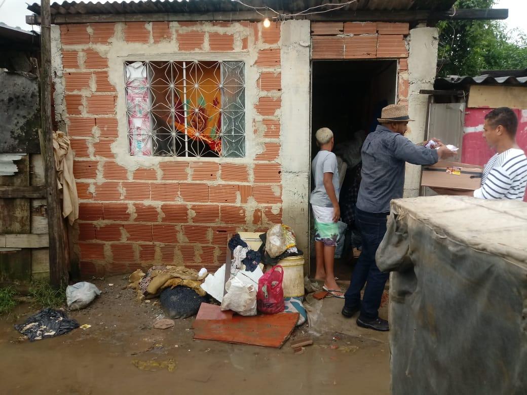 Mais de 50 famílias perderam tudo durante temporal na Vila Kennedy