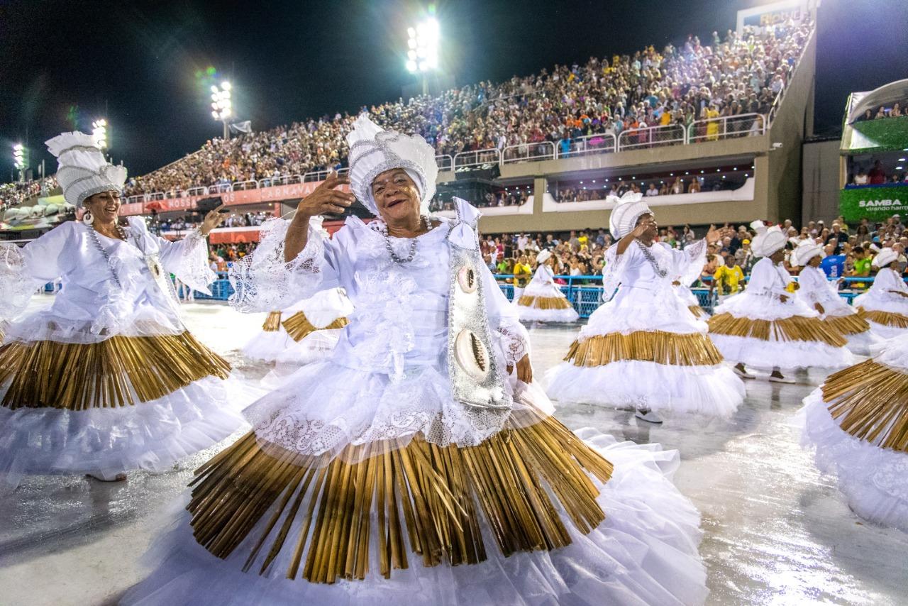 Curso sobre cultura das escolas de samba dá bolsas para moradores de comunidades