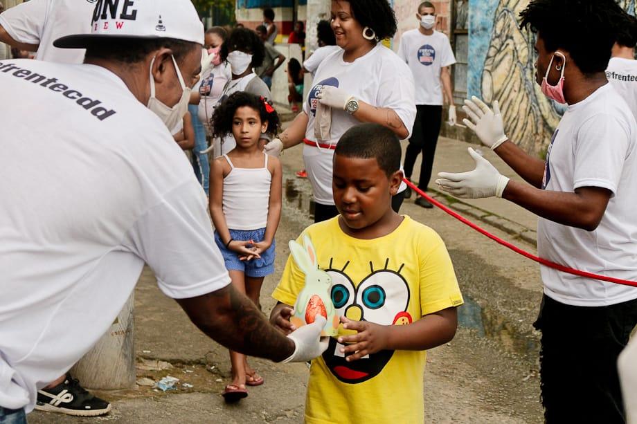 Crianças moradoras de comunidades do Rio recebem doações de ovos de Páscoa durante pandemia