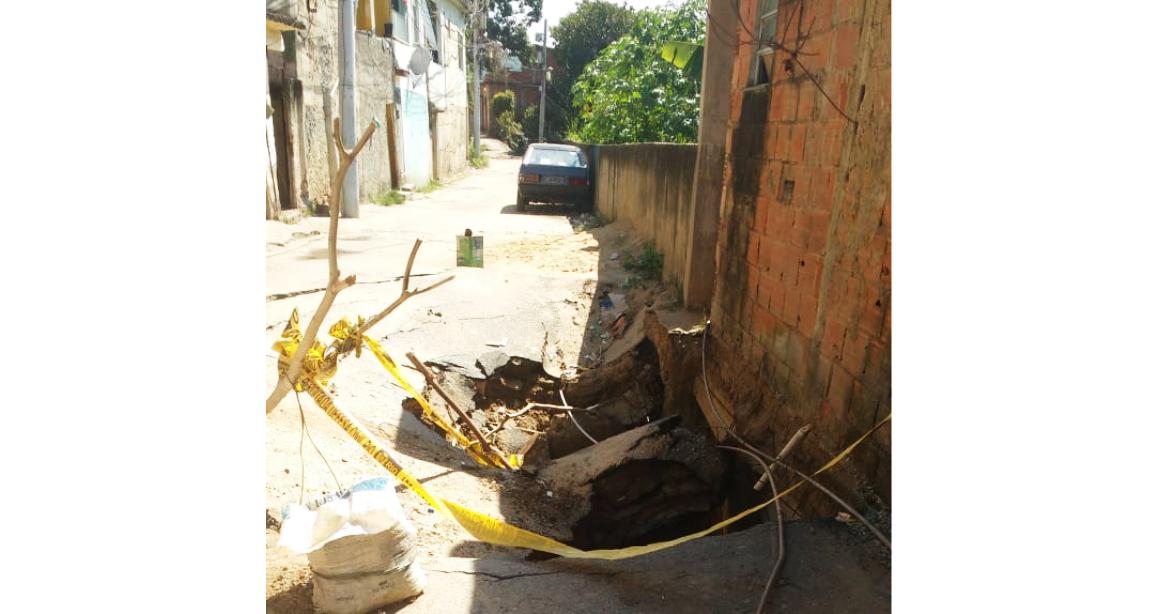 Moradores cobram solução para buraco que pode causar desabamento de casas no Alemão