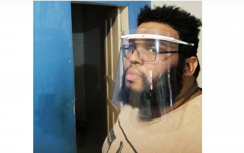 Morador do Alemão doa máscaras feitas em casa com impressora 3D