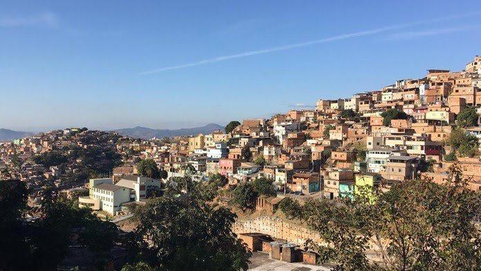 COVID19NasFavelas: Polícia Militar de Minas toca em laje de favela e contraria recomendações da OMS