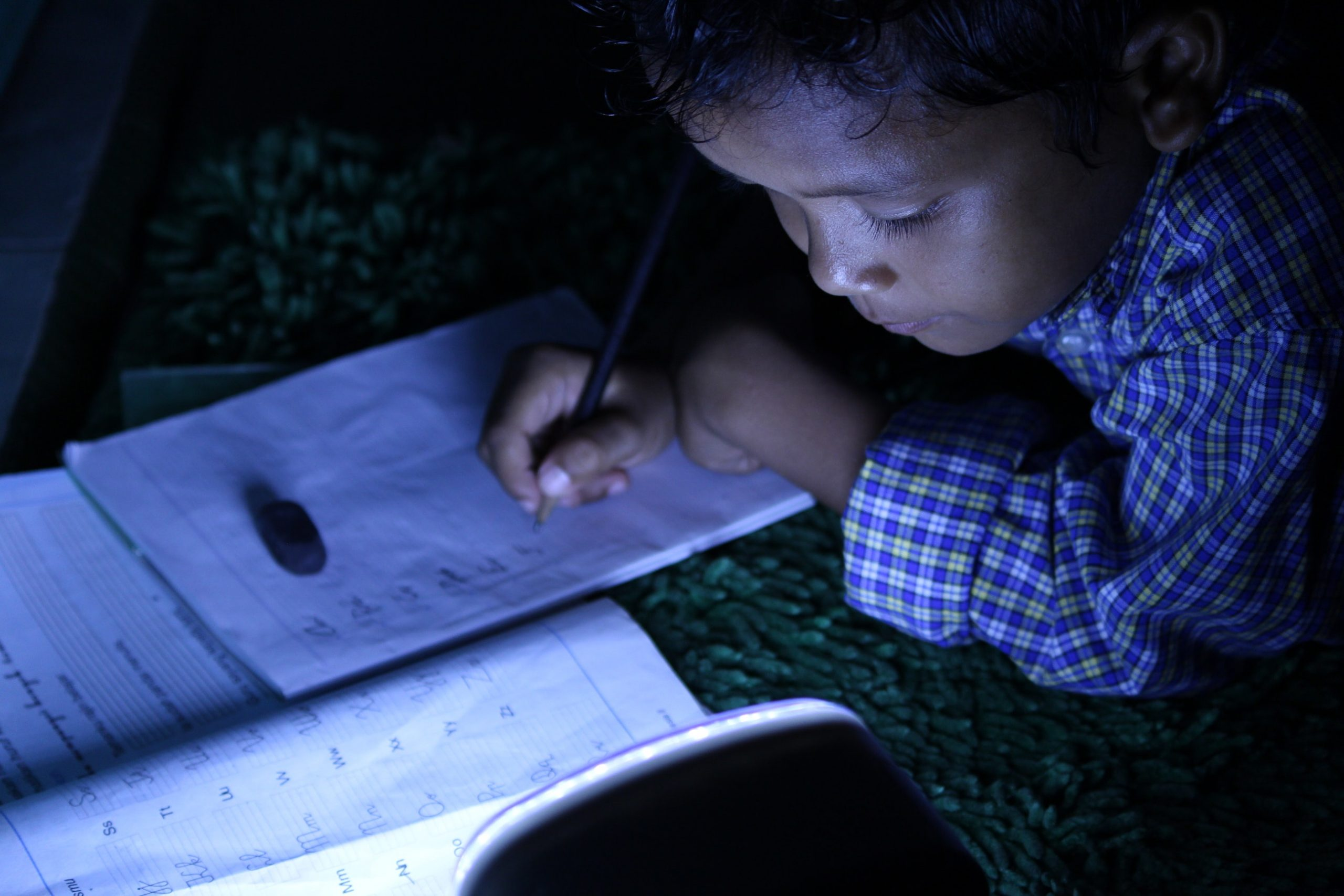 Na favela, crianças ficam sem estudar por falta de recursos tecnológicos