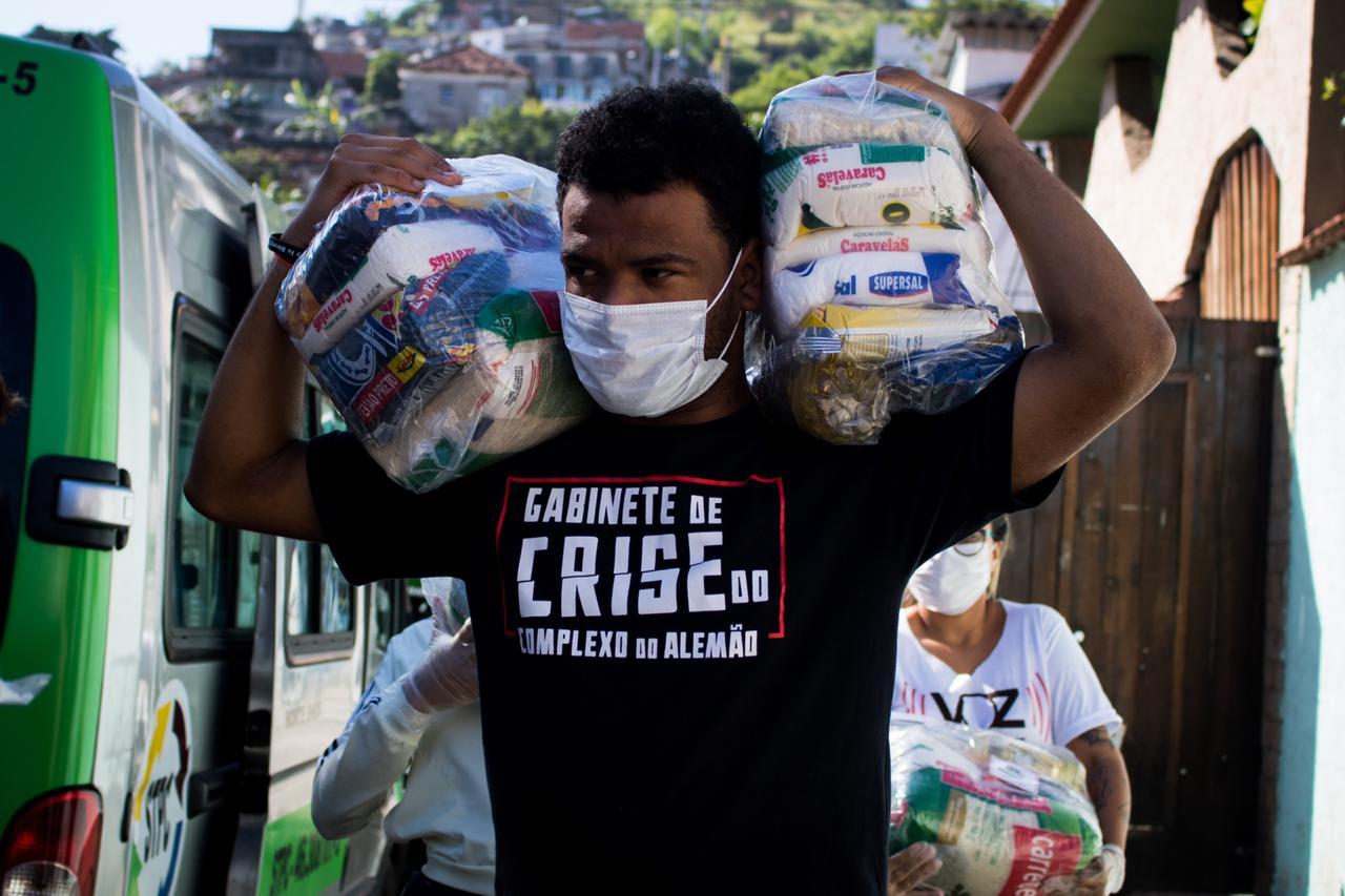 Gabinete de Crise do Alemão doa cestas básicas no Morro do Adeus