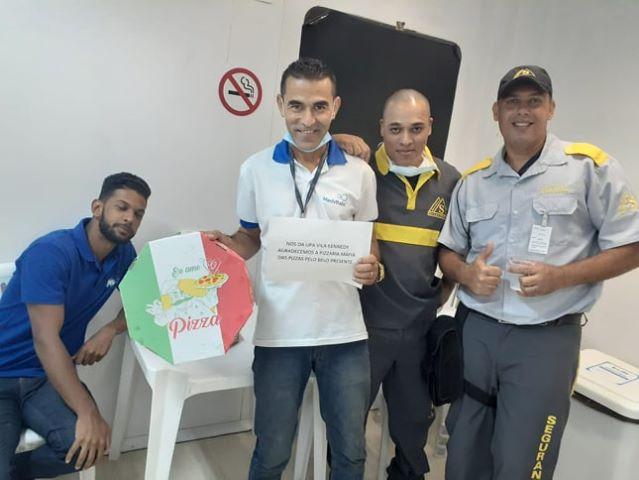 Pizzaria presenteia funcionários de plantão da UPA na Vila Kenedy