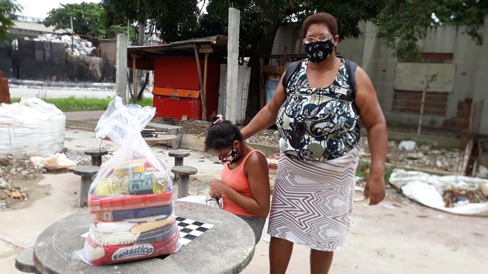 Projeto social doa cestas básicas para mães com filhos deficientes em Manguinhos