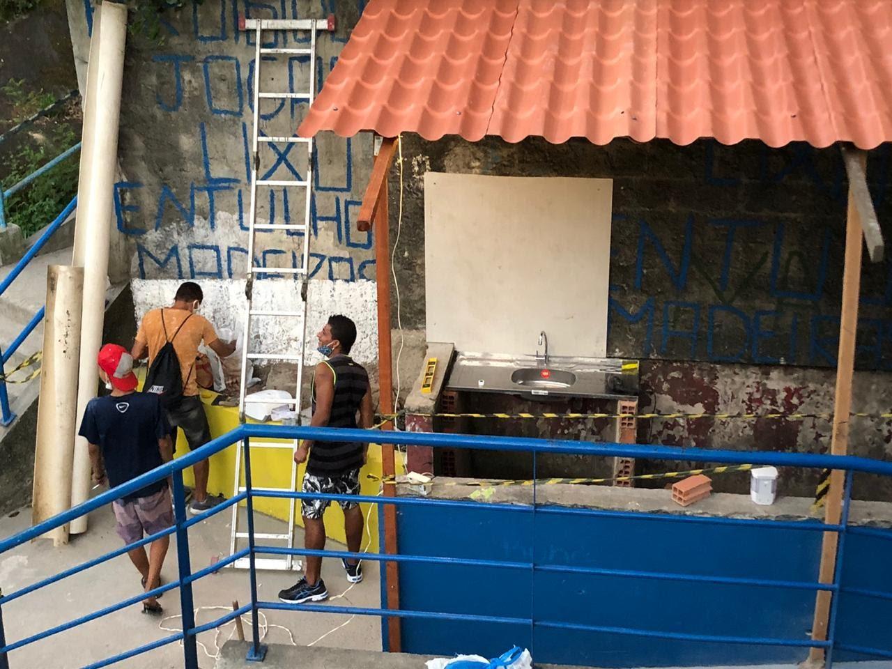 Santa Pia: Moradores do Santa Marta se unem para construir ponto de higienização