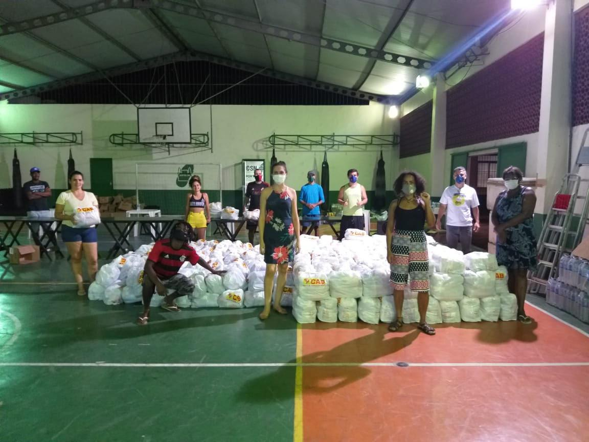 Funcionárias e estudantes da Fiocruz levam ajuda à Manguinhos