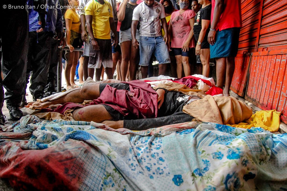 Moradores descem a favela carregando 5 corpos após operação no Complexo do Alemão