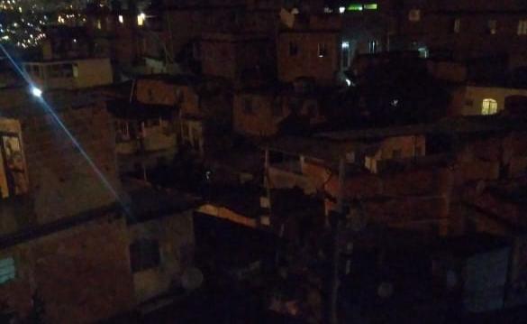 No Alemão, comunidade Nova Brasília segue às escuras desde 8h da manhã