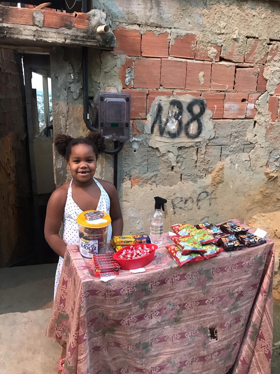 Barraca da Lulu: menina de 7 anos faz sucesso na internet com o seu primeiro negócio