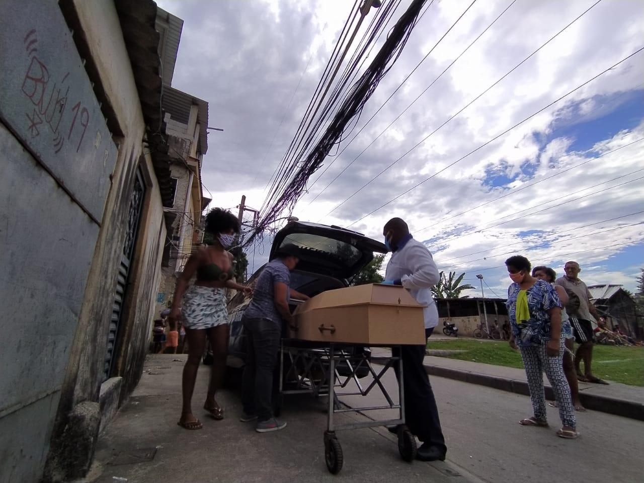 Após 27 horas, funerária retira corpo de idoso em Manguinhos com suspeita de Covid-19