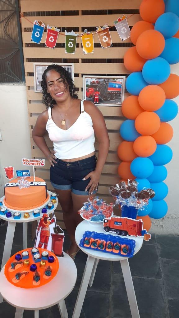 Moradora da Vila Kennedy comemora aniversário com tema gari, seu emprego dos sonhos