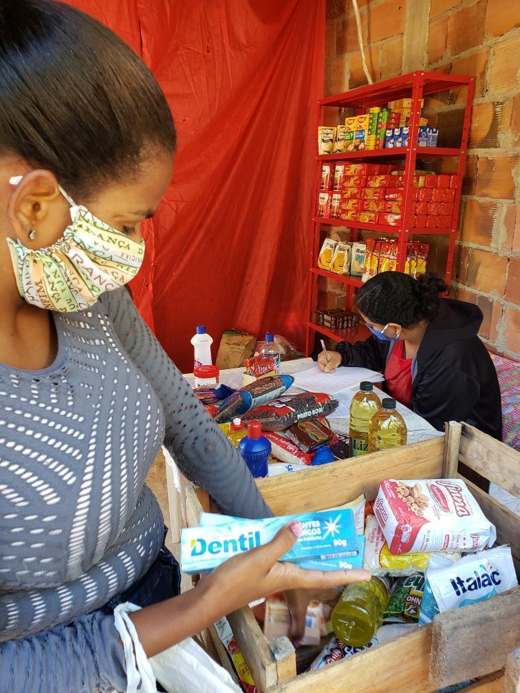 Coletivo de mulheres cria mercadinho solidário em São Gonçalo para ajudar outras mulheres na pandemia