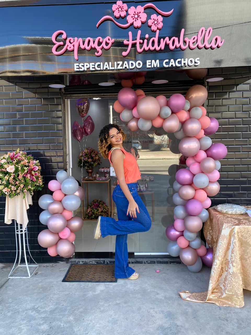 Moradora de Manguinhos lança marca e abre loja própria de produtos para cabelos cacheados