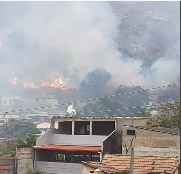 Incêndio se aproxima de casas no Morro do Juramento