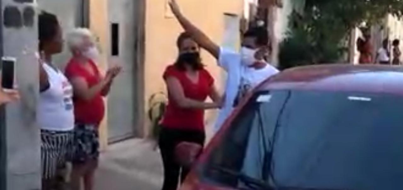 VÍDEO: Curado da Covid-19, morador da Cidade de Deus é recebido com fogos pelos vizinhos