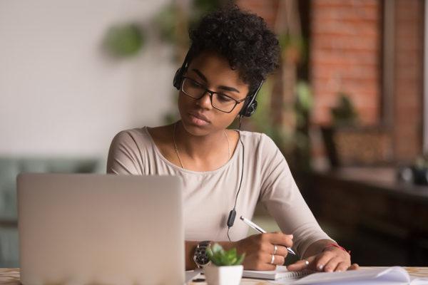Melhore o currículo com cursos grátis e amplie conhecimento na quarenta