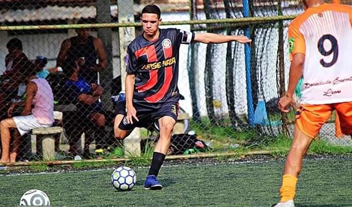Atleta morador do Alemão cria vaquinha para jogar futebol em Portugal