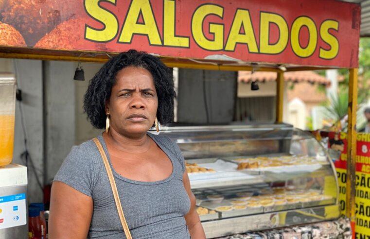 Após vendas de salgadinhos caírem para menos da metade, moradora do Alemão tenta reerguer negócio