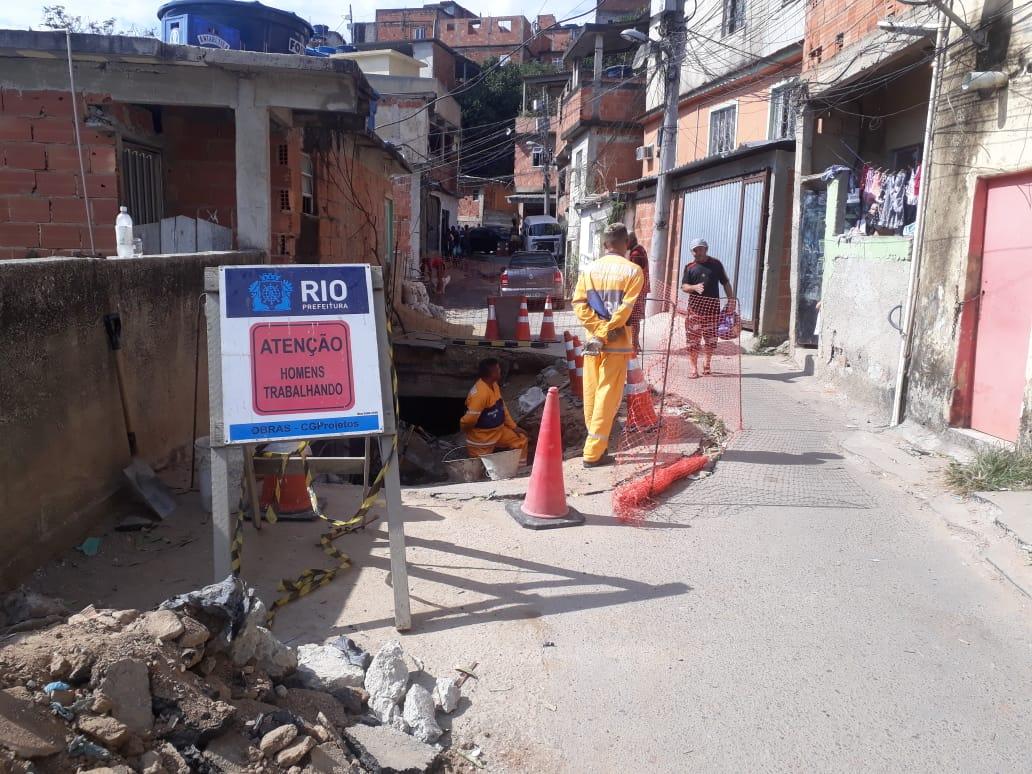 Prefeitura inicia obras no buraco em rua do Complexo do Alemão
