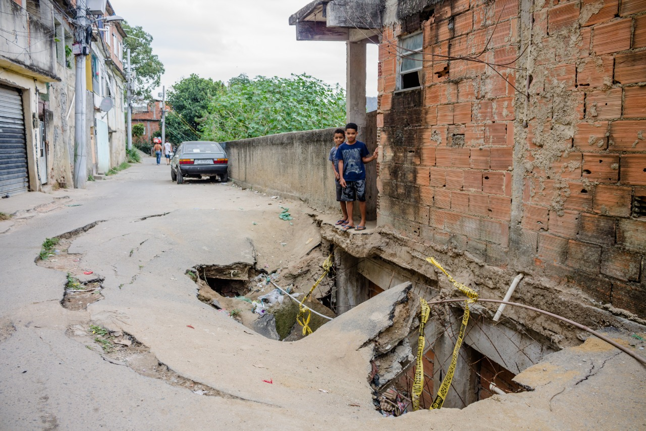 Prefeitura promete iniciar intervenções ainda esta semana no buraco em rua do Complexo do Alemão