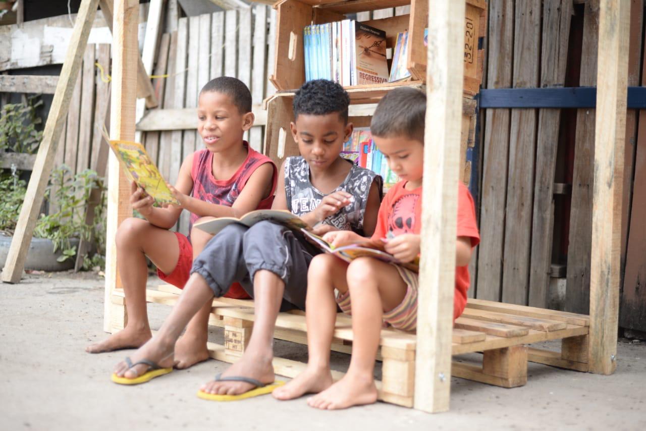 ONG da Cidade de Deus cria biblioteca para moradores em maior vulnerabilidade social
