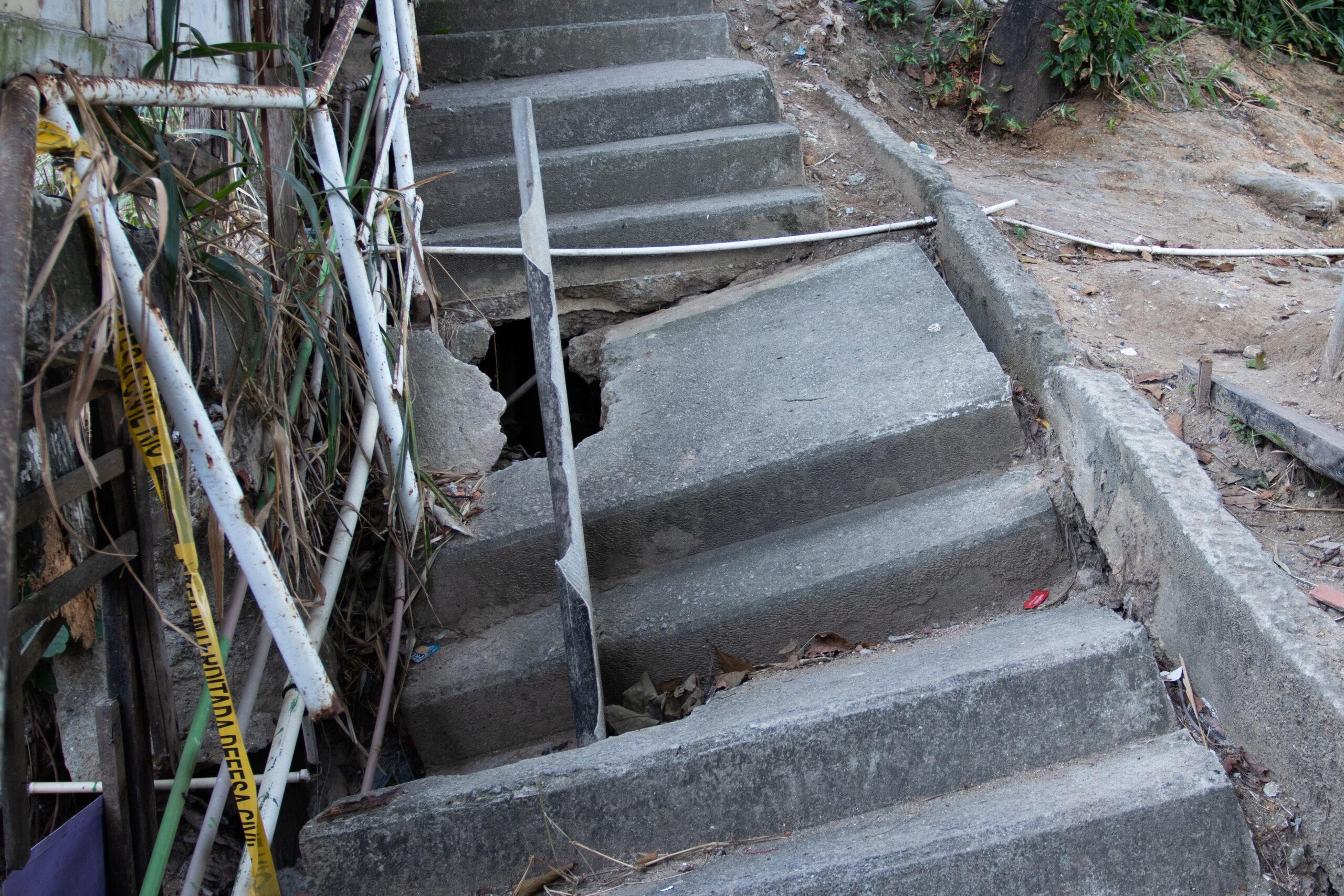 Escada tombada há nove meses no Alemão prejudica mobilidade dos moradores
